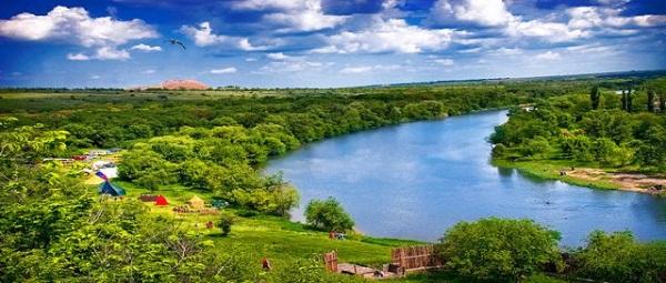 Берега реки покрыты густыми лесами